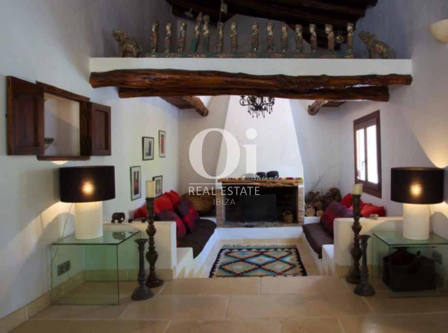 Salón con chimenea de casa en alquiler de estancia en Santa Gertrudis, Ibiza