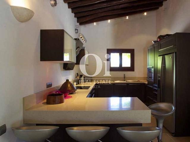Интерьер кухни с большой столешницей красивой виллы в аренду на солнечной Ибице