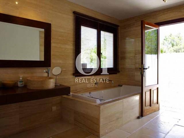Интерьер ванной комнаты в современном стиле на вилле в аренду на острове Ибица