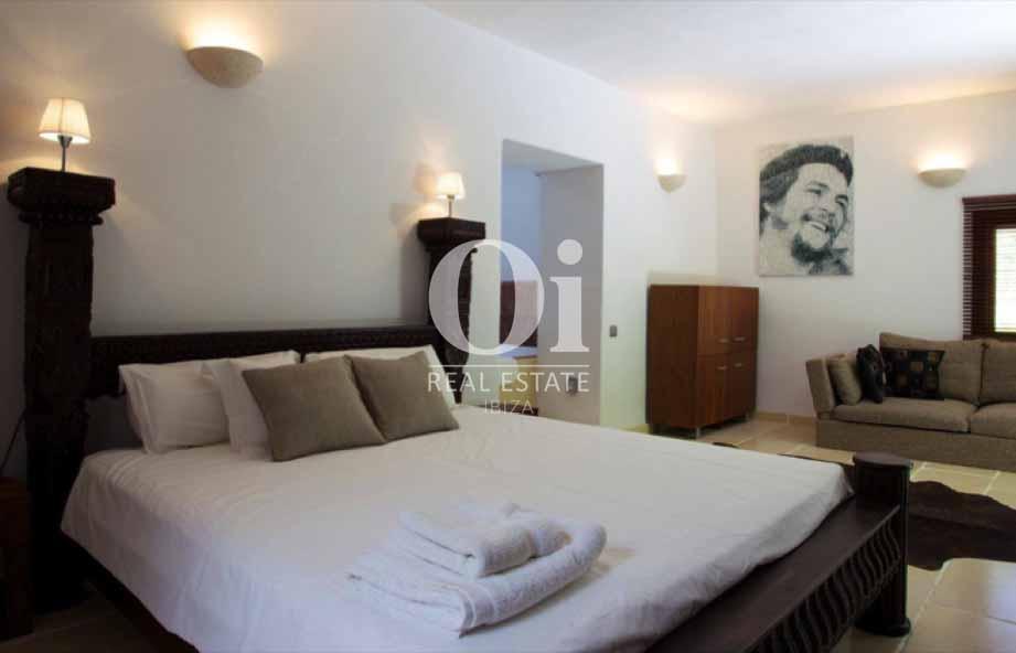 Интерьер спальни с большой кроватью на вилле в аренду на Ибице