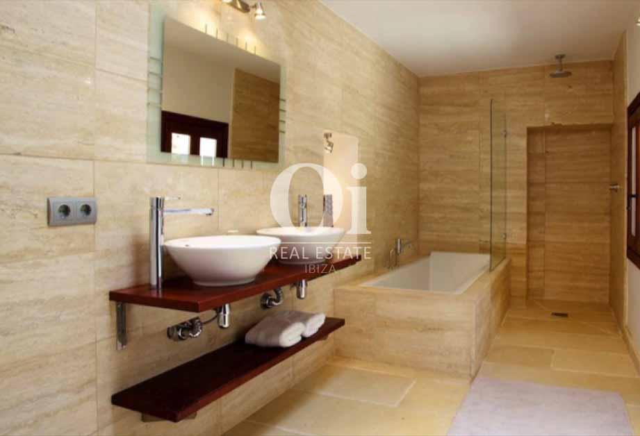 Интерьер ванной комнаты на вилле в аренду на острове Ибица