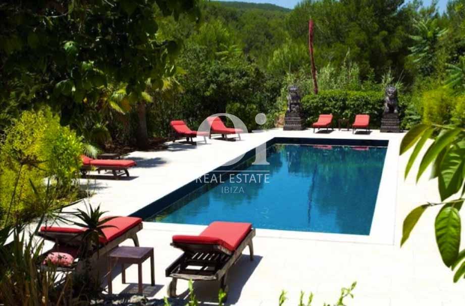 Большой бассейн с шезлонгами на чудесной вилле в аренду на Ибице