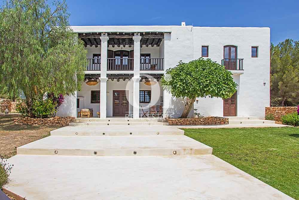 Façade et jardin de maison en location de séjour à Cala Jondal, Ibiza