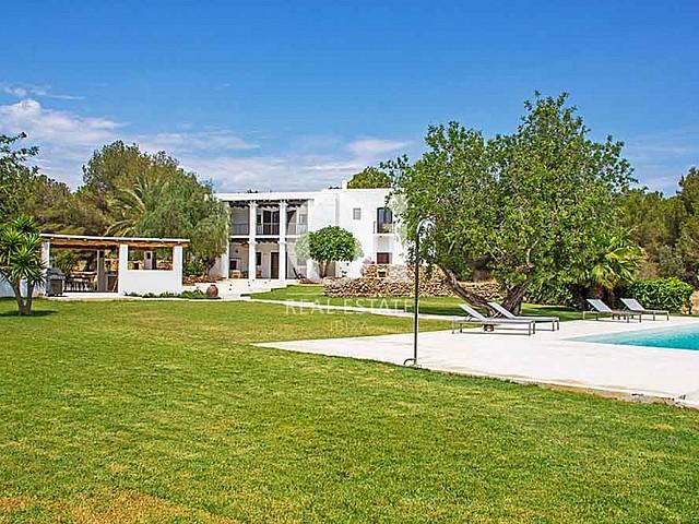 Большой частный бассейн и просторный зеленый двор старинной виллы в аренду на Ибице