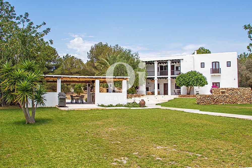 Façade et véranda de maison en location de séjour à Cala Jondal, Ibiza