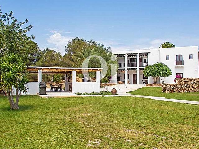 Blick auf den Außenbereich der Villa zur Miete bei Cala Jondal