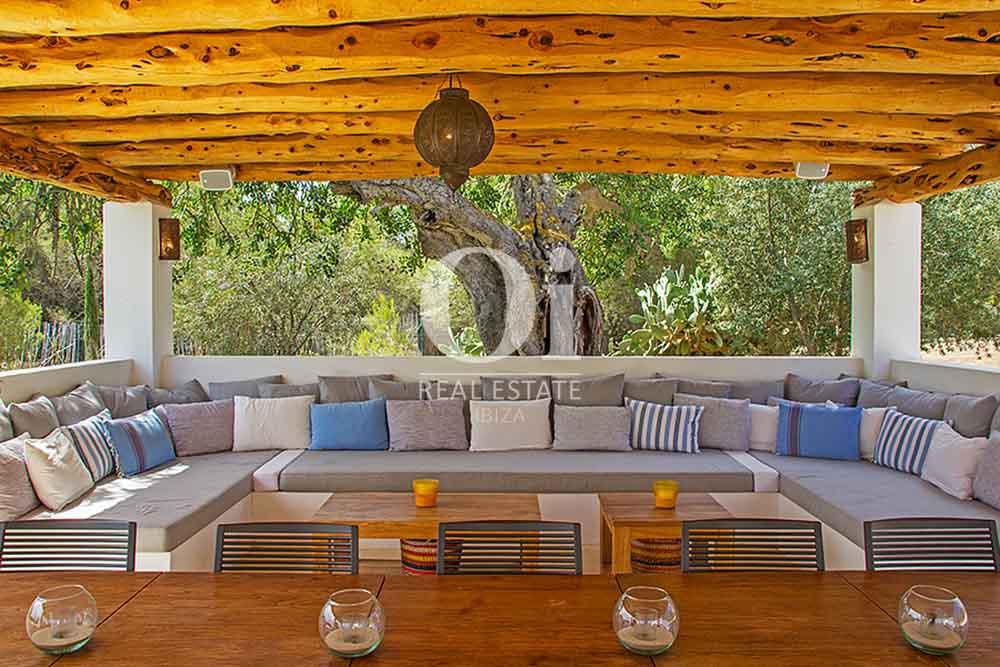 Blick auf den Chillout-bereich der Villa zur Miete bei Cala Jondal