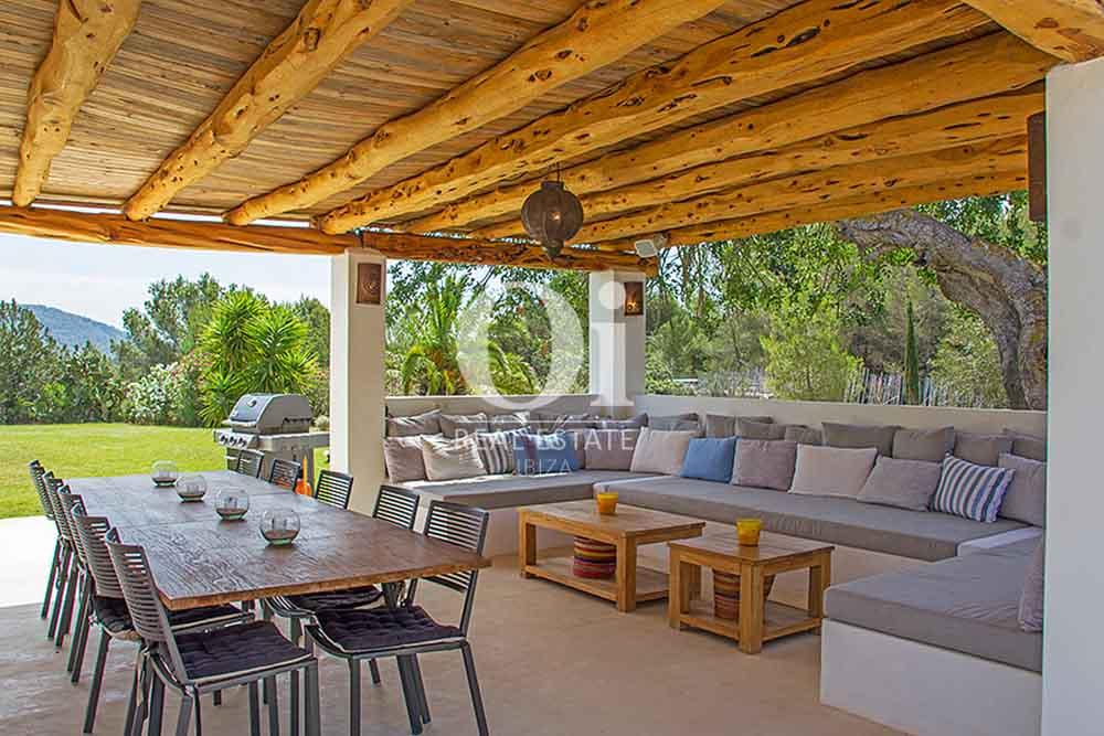 Comedor de verano de magnifica villa en alquiler en Cala Jondal, Ibiza