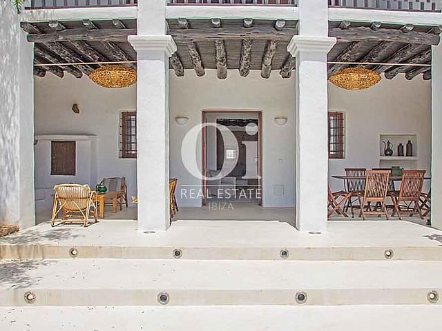 Внешний чудесный фасад виллы в аренду на Ибице с зоной для ужина на открытом воздухе