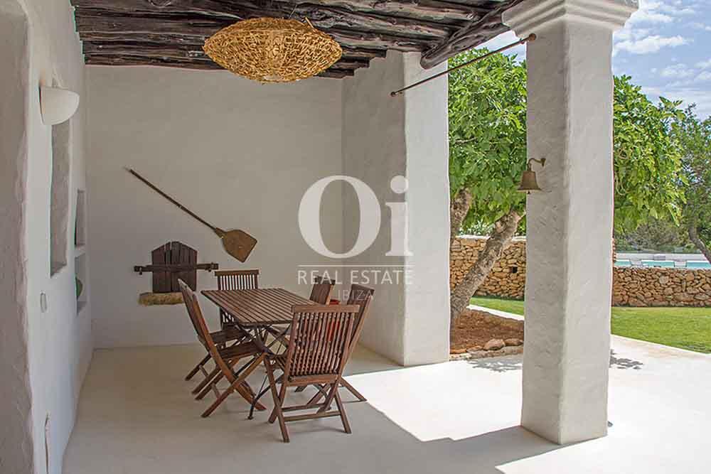 Эксклюзивная вилла в аренду на Ибице с зоной для ужина на открытом воздухе