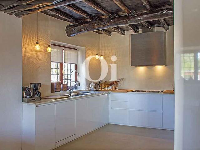 Cocina de magnifica villa en alquiler en Cala Jondal, Ibiza