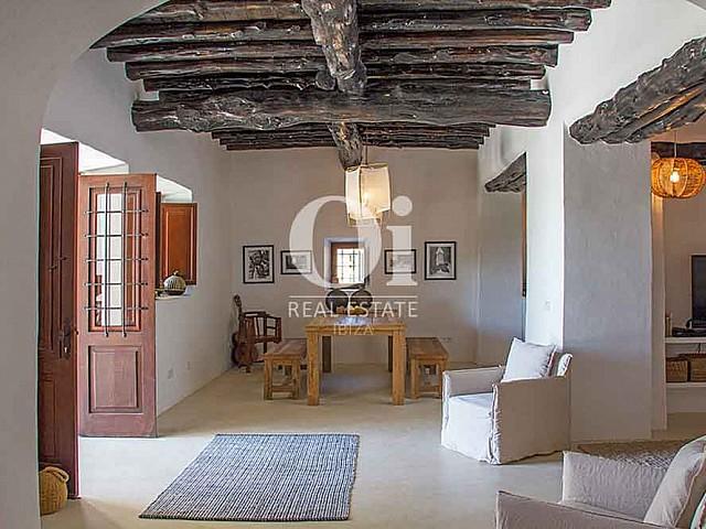 Просторная столовая в красивой старинной вилле на Ибице в аренду