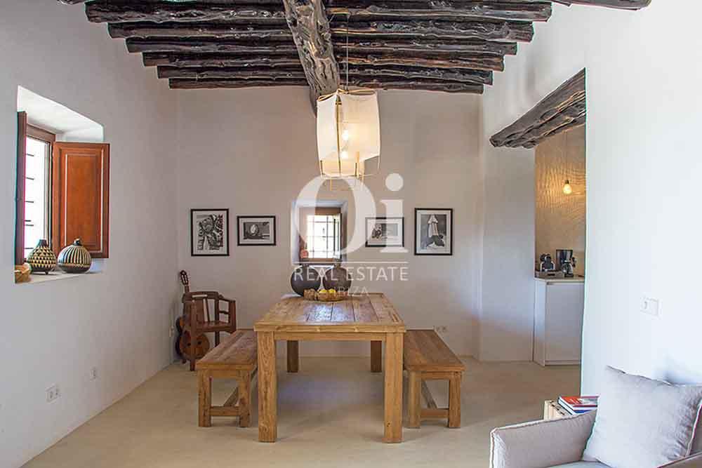 Просторная столовая в красивой старинной  вилле на Ибице в аренду, рустикальный дизайн с потолочными балками