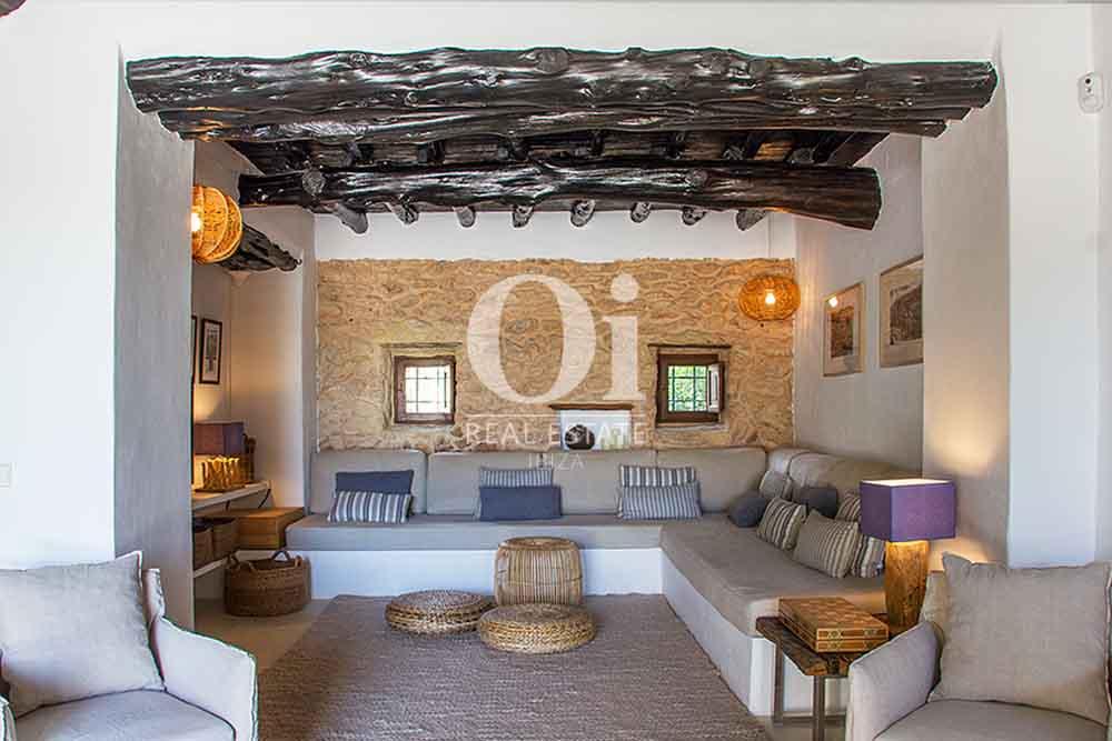 Просторная гостиная комната в красивой старинной  вилле на Ибице в аренду, рустикальный дизайн с потолочными балками