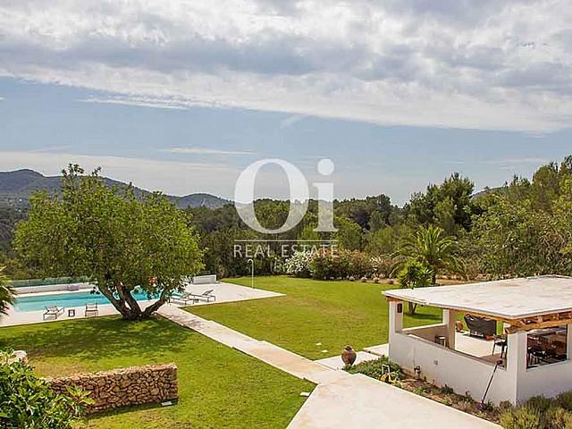 Двор виллы в аренду на Ибице и потрясающий вид на ландшафт и пышную растительность