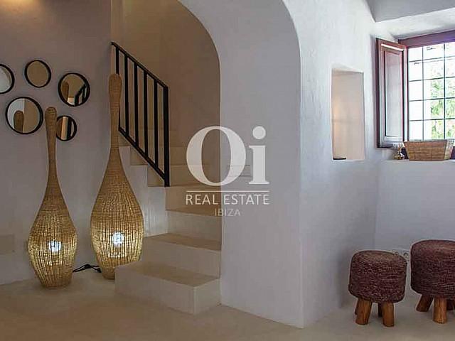 Интерьер виллы на Ибице в аренду, белокаменные стены, арочная дверь