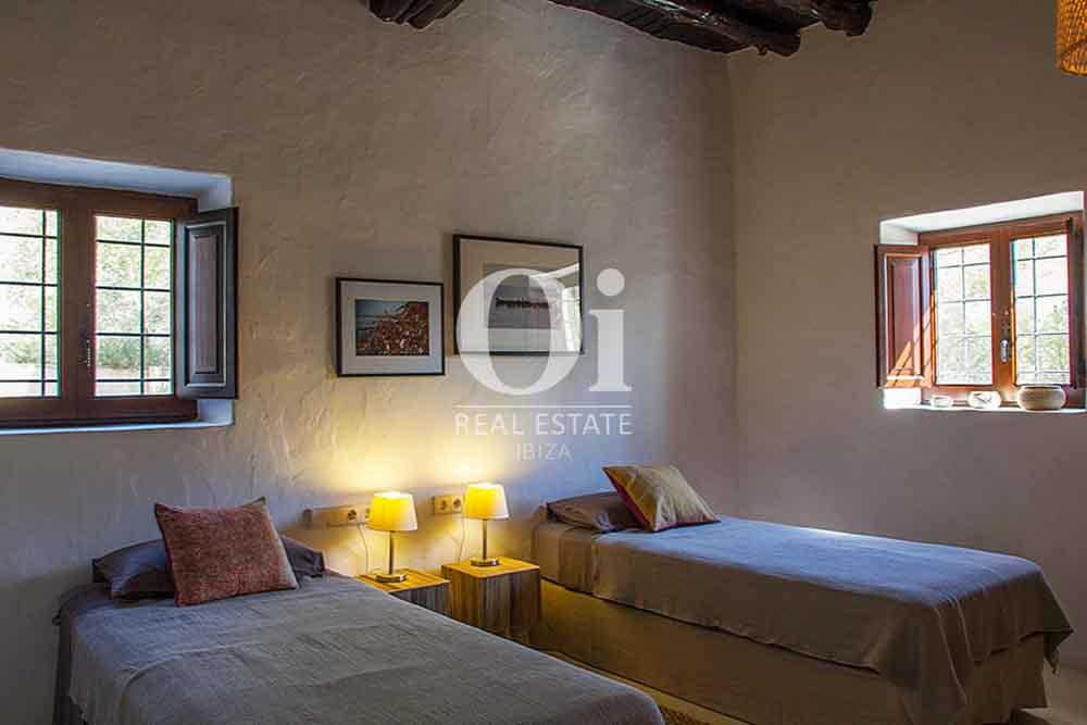 Blick in ein Schlafzimmer der Villa zur Miete bei Cala Jondal