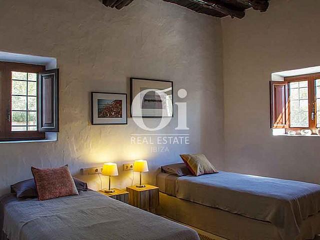 Спальня с двуми кроватями в рустикальном стиле в роскошном доме на Ибице в аренду