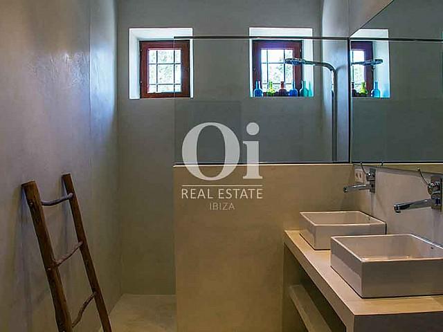Baño con ducha de magnifica villa en alquiler en Cala Jondal, Ibiza
