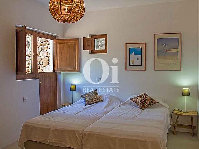 Dormitorio con dos camas de magnifica villa en alquiler en Cala Jondal, Ibiza