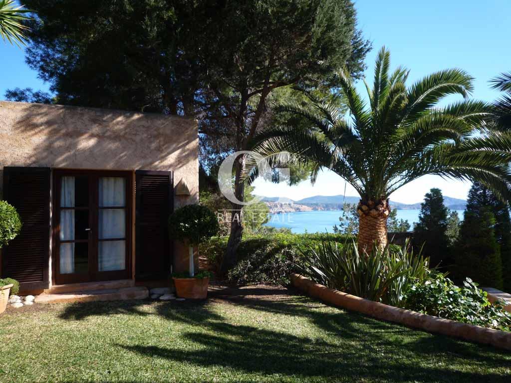 Красивый сад при роскошной вилле на острове Ибица, для аренды на время солнечного отпуска