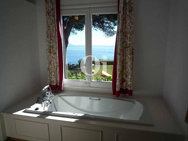 Интерьер виллы на острове Ибица, в аренду, вид из окна на море и портясающий сад