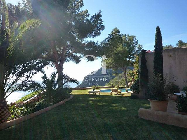 Вид на потрясающий сад на вилле в аренду. расположенной рядом с морем на Ибице