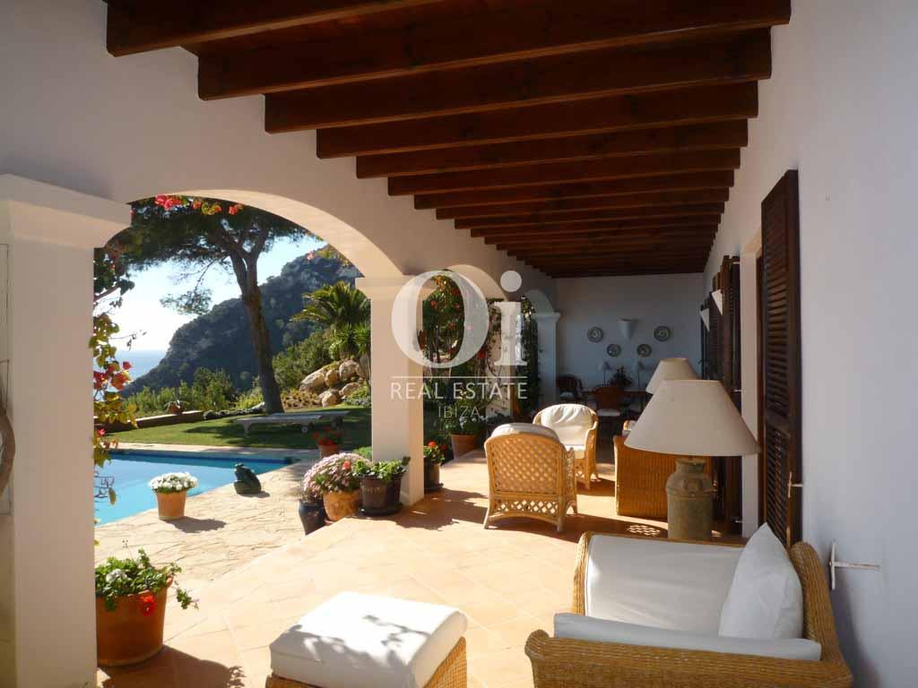 Terraza de magnifica villa en alquiler en Es Cubells, Ibiza