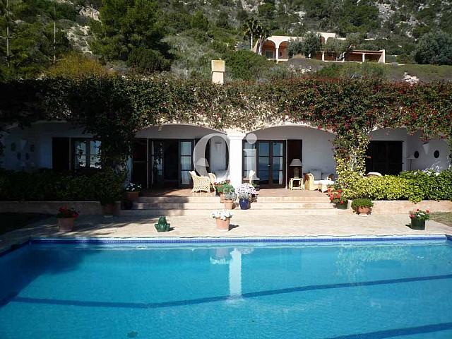 Красивый фасад с живой пышной растительностью при роскошной вилле на острове Ибица, для аренды на время солнечного отпуска на острове