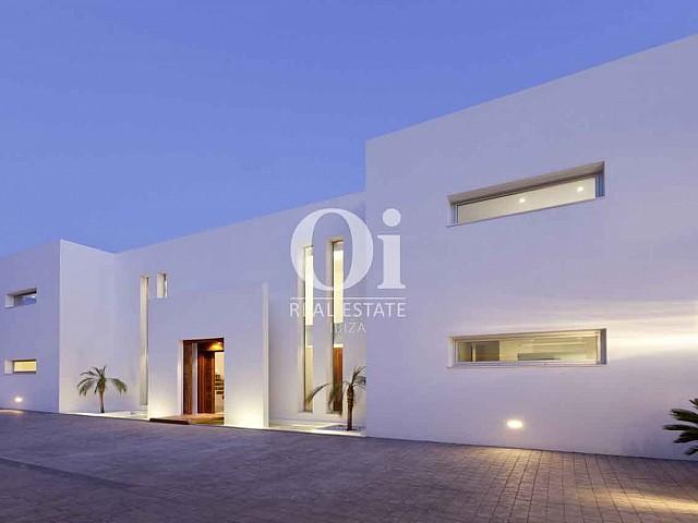 Шикарный вид на роскошную дизайнерскую виллу на Ибице
