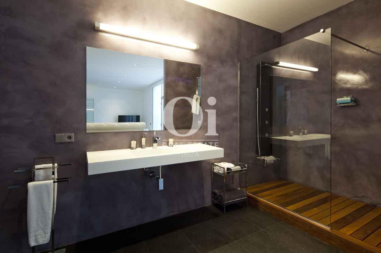 Просторная и стильная ванная на вилле в аренду на Ибице