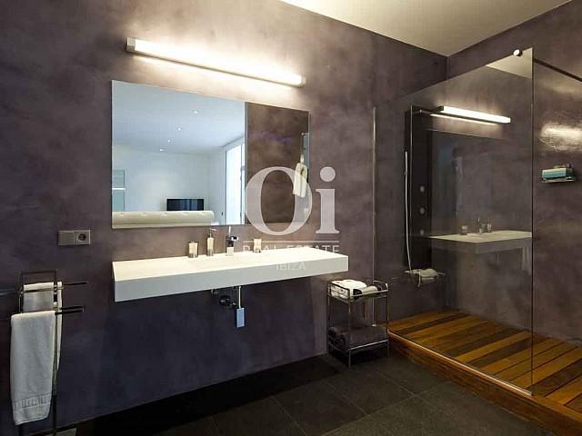 Baño con ducha de exclusiva casa en alquiler en Ibiza