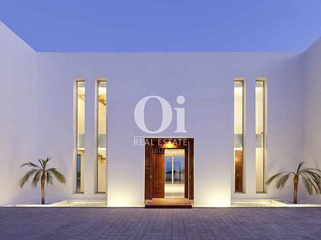 Fachada de exclusiva casa en alquiler en Ibiza