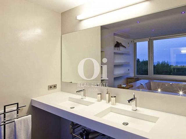 Baño de exclusiva casa en alquiler en Ibiza