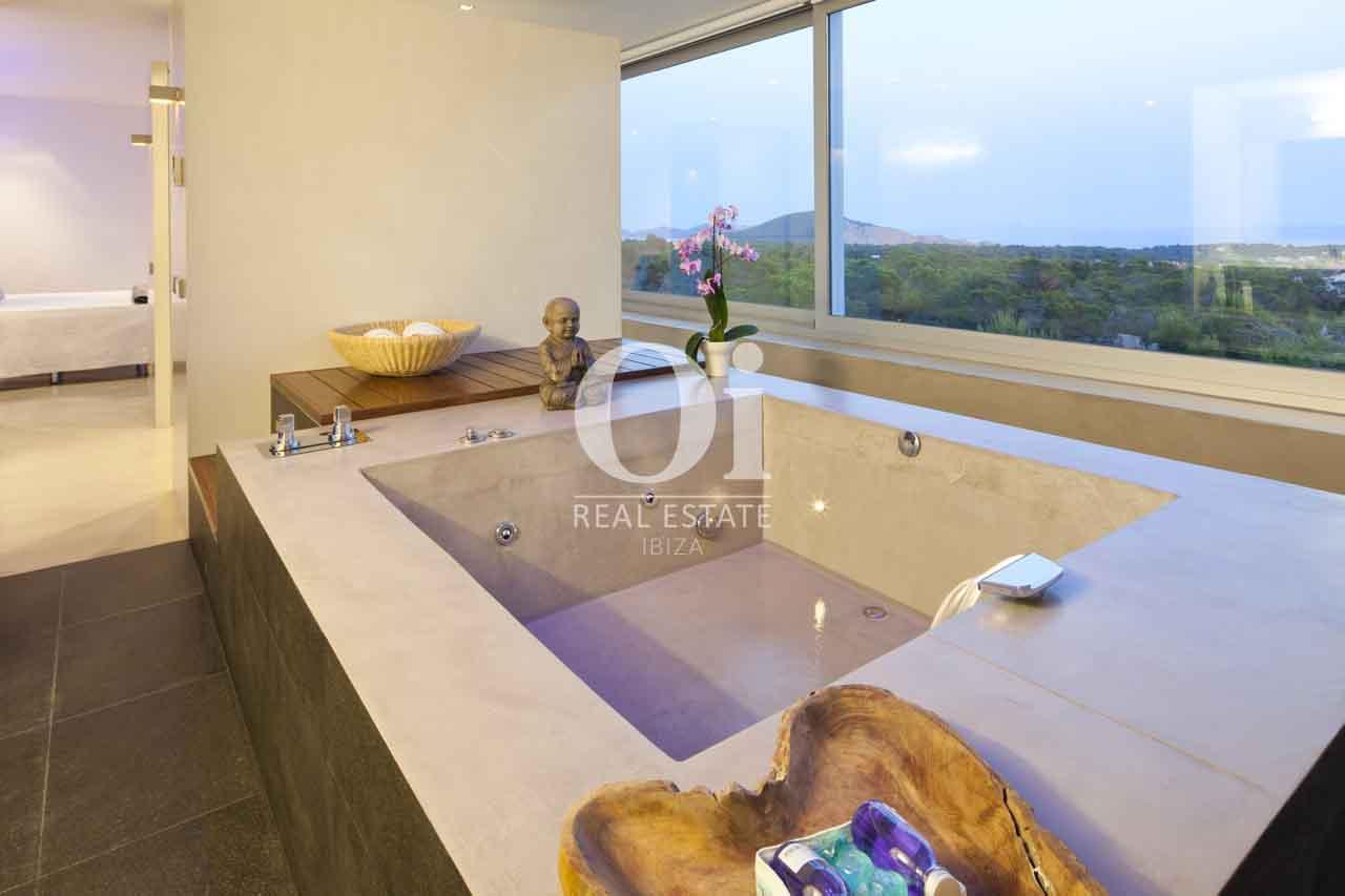 Baño con bañera de exclusiva casa en alquiler en Ibiza