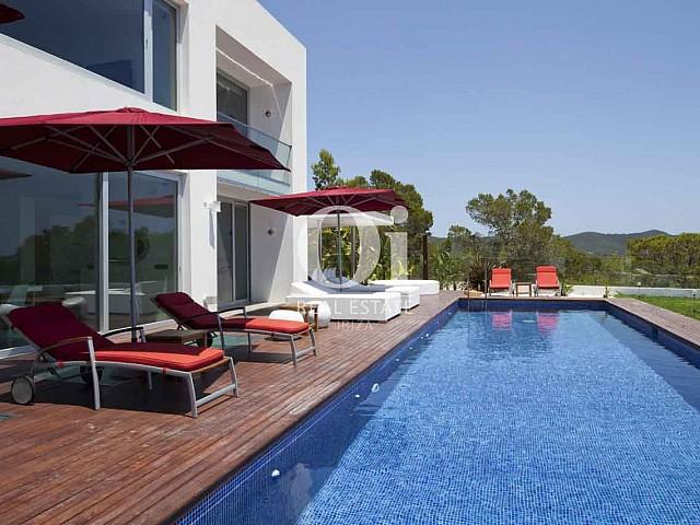 Piscina propia de exclusiva casa en alquiler en Ibiza