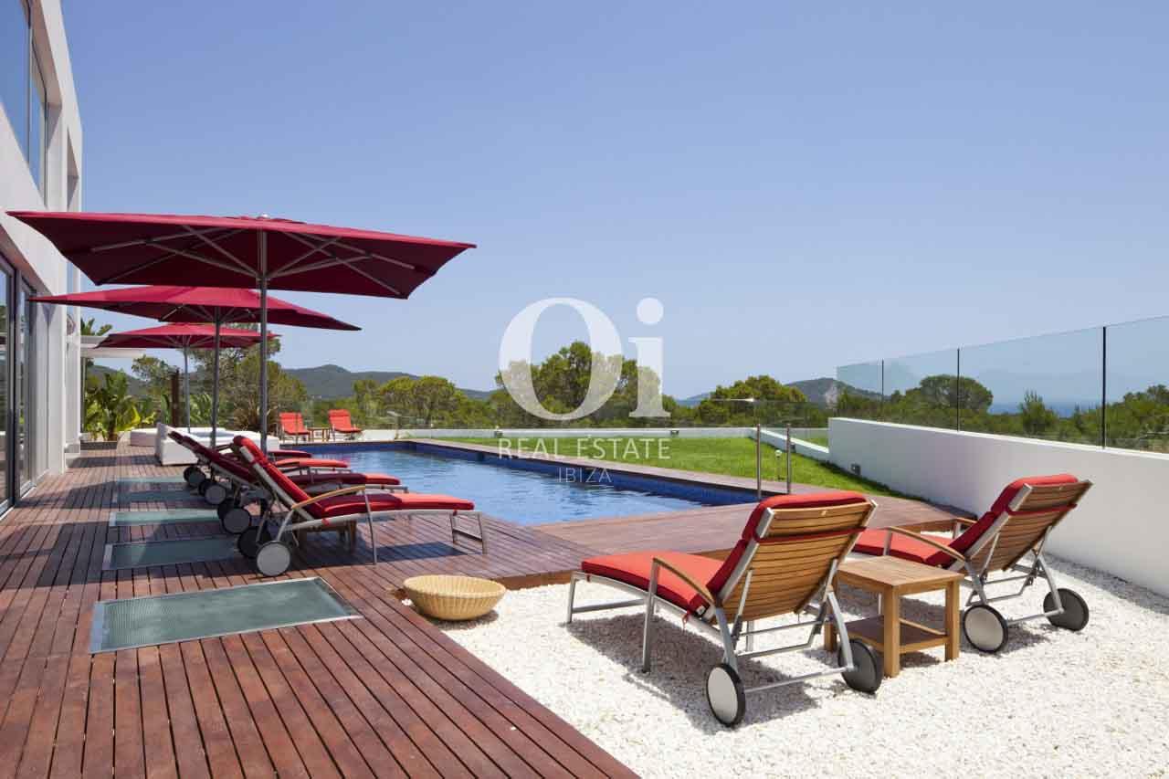 Вид на зону чил-аут и бассейн на шикарной вилле класса люкс на Ибице