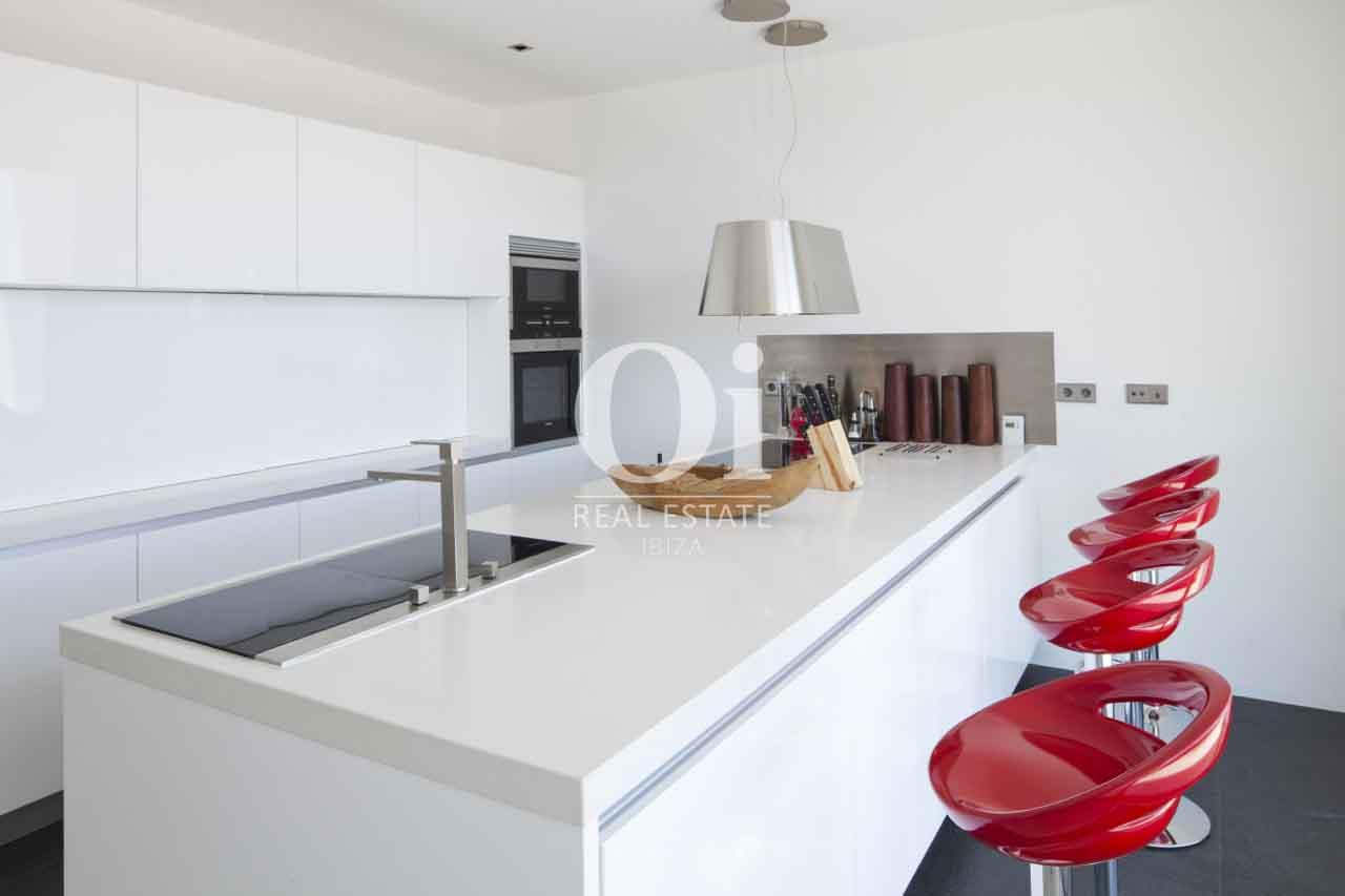 Полностью оборудованная современная кухня на вилле с шикарным дизайном на Ибице