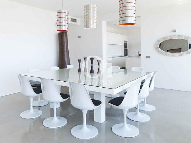 Оригинальный дизайн столовой на шикарной дизайнерской вилле на Ибице