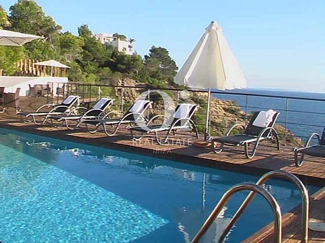 Piscine et vues de maison en location de séjour à Es Cubells, Ibiza