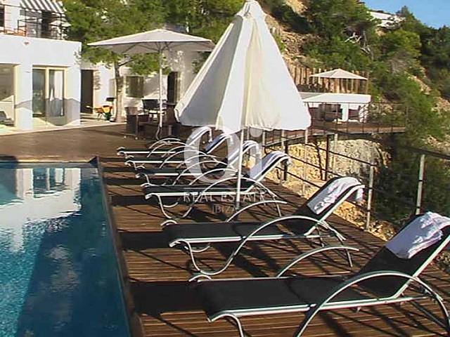 Зона чил-аут с бассейном и лежаками на шикарной вилле на Ибице