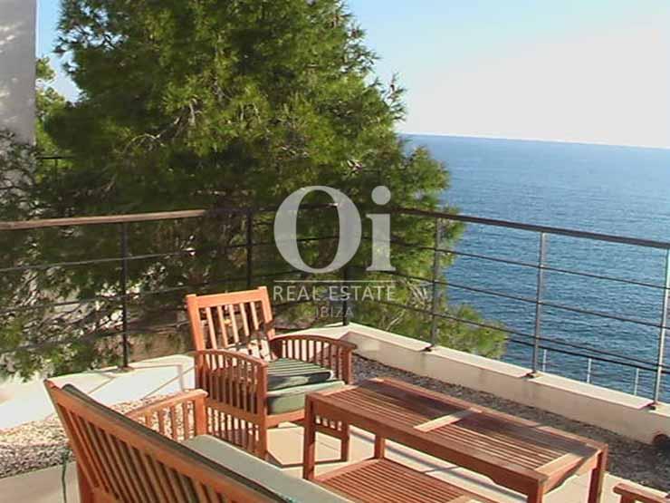 Zona chill out con vistas al mar de casa en alquiler de estancia en Es Cubells, Ibiza