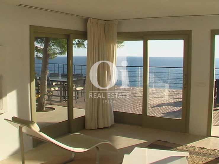 Estancia con vistas al exterior de casa de alquiler de estancia en Es Cubells, Ibiza