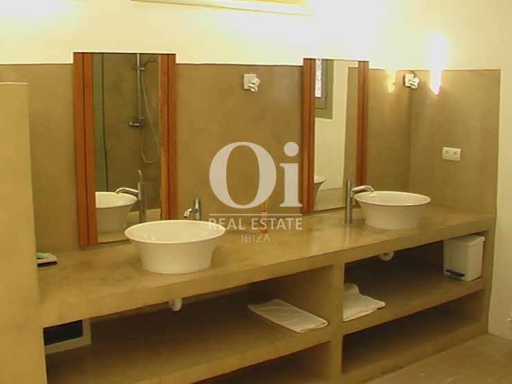 Blick in ein Badezimmer vom Haus zur Miete in Es Cubells, Ibiza