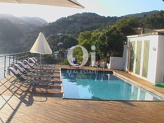Blick auf den Poolbereich vom Haus zur Miete in Es Cubells, Ibiza