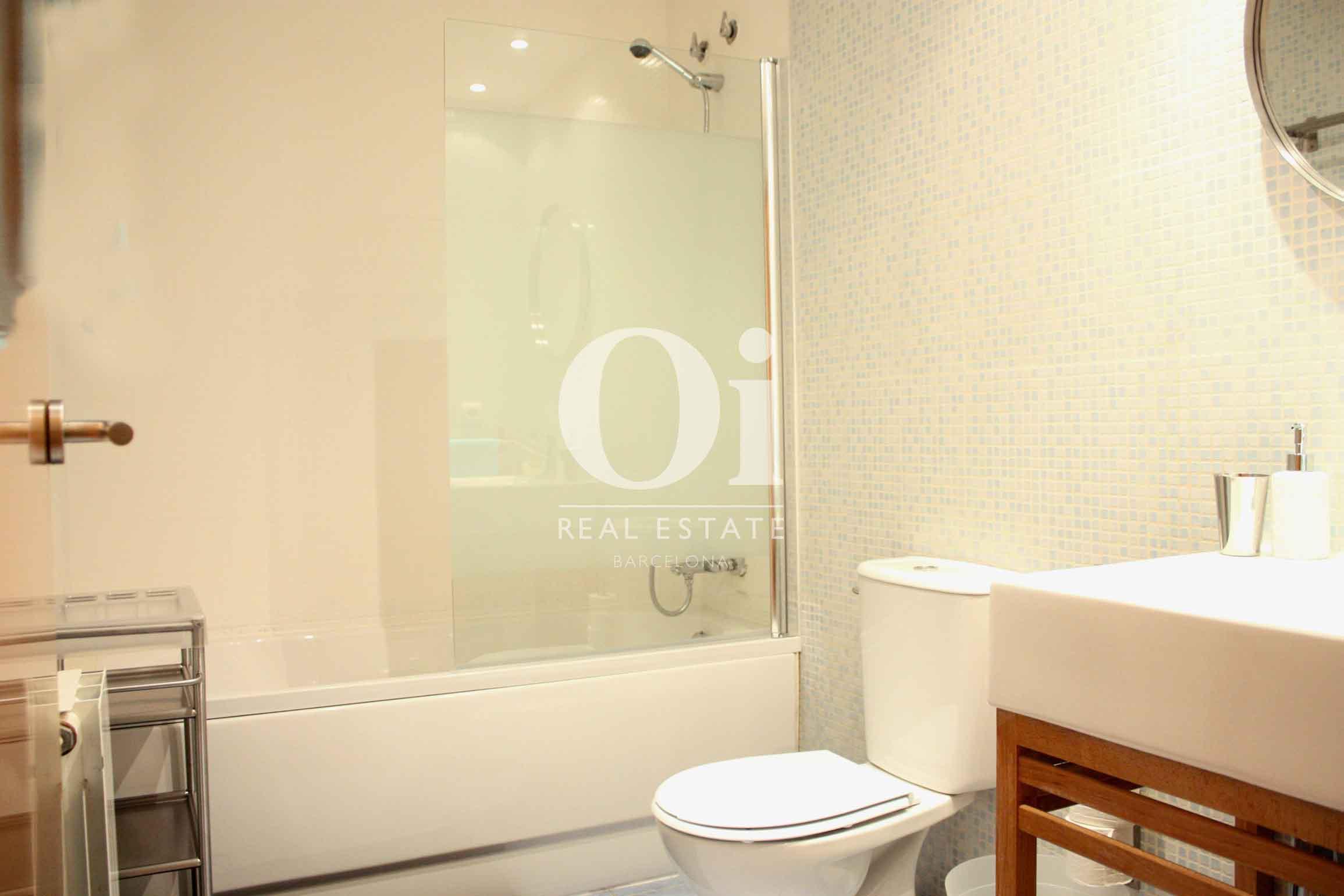 Светлая и стильная ванная комната в недавно отремонтированной квартире на продажу в сердце района Raval Барселоны