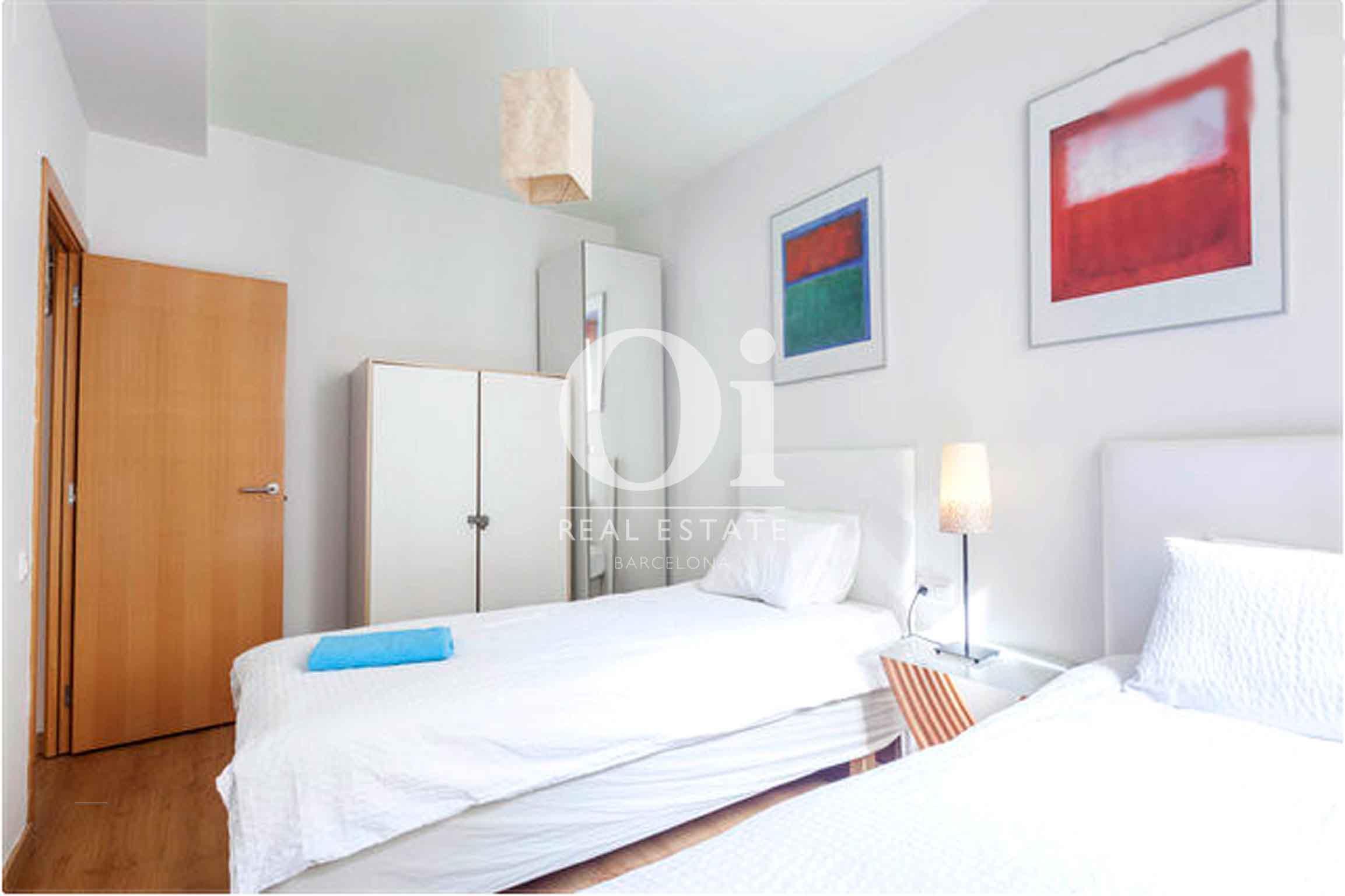 Dormitorio con dos camas de magnifico apartamento en venta en Raval