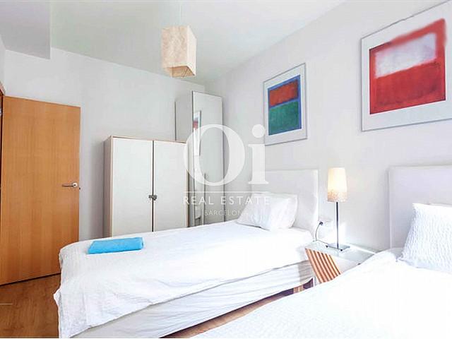 Чудесный и уютный дизайн спальни в недавно отремонтированной квартире на продажу в районе Raval