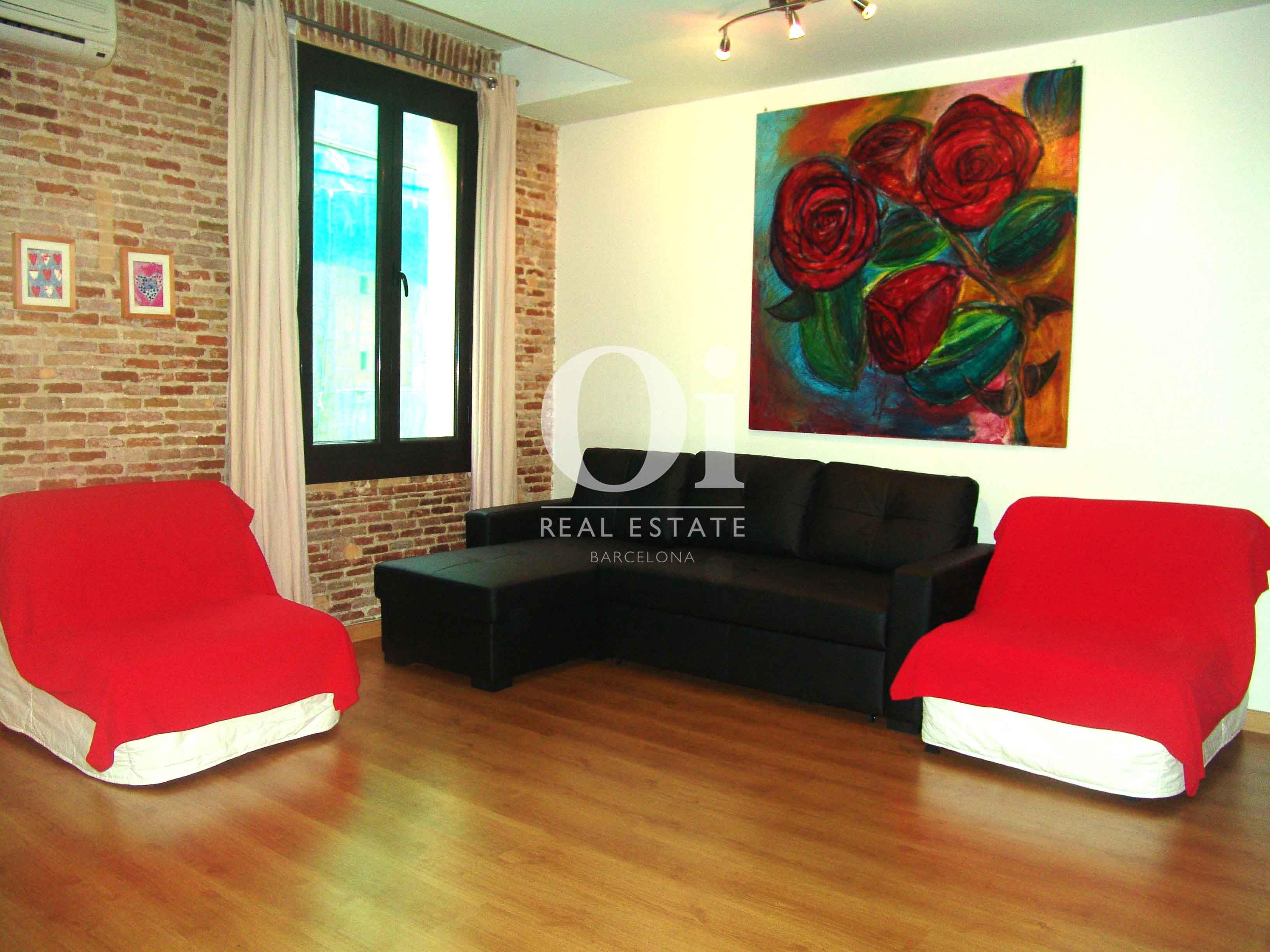 Уютная гостиная в недавно отремонтированной квартире в сердце района Raval в Барселоне