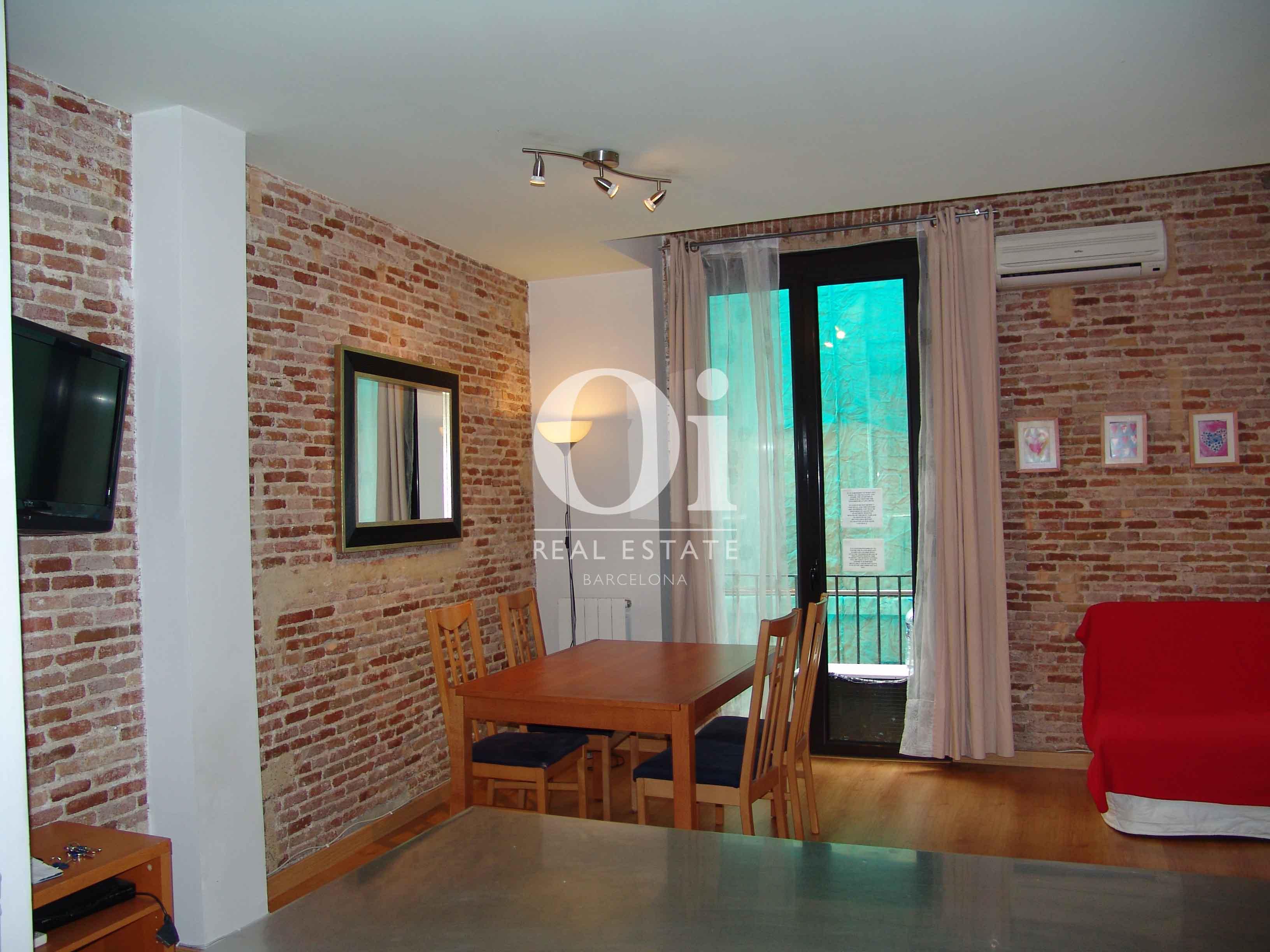 Уютная гостиная-столовая в недавно отремонтированной квартире в сердце района Raval в Барселоне